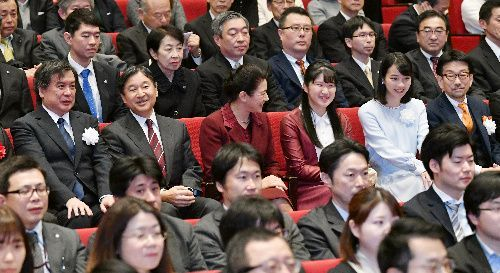 映画「この世界の(さらにいくつもの)片隅に」のチャリティー試写会に出席した天皇、皇后両陛下、愛子さま。左端は片渕須直監督、右から2人目はのんさん、右端は真木太郎プロデューサー=2019年12月18日午