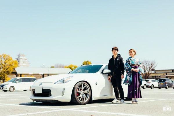 大学卒業式の日に、お父さんと愛車のZ34を前に記念撮影する袴姿のひなこさん