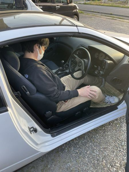 ひなこさんのZ32と初対面したお父さんが乗り込む様子。往年の愛車の手触りを思い出すかのように興味深げ