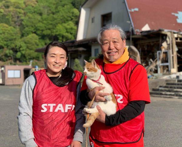 2人とトラは、昨年の熊本豪雨の被災地も訪ねた=2021年4月18日、熊本県八代市坂本