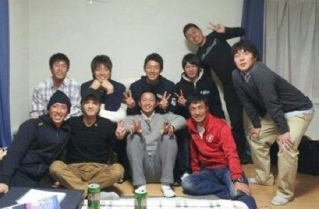 浅野コーチ(右前)と権田選手(後列左から3人目)ら。卒業してからも連絡をとるなど絆は強い