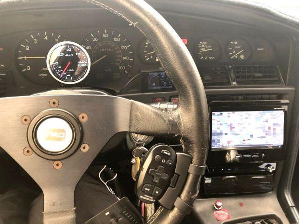 leizさんが出品した70スープラの運転席周り。メーターはマイル表示。Defiのブースト計が付く