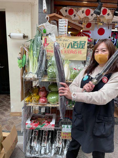 京都市の老舗土産店「京のふるさと」が始めた野菜販売と店長の西澤摩耶さん=本人提供