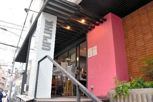 「アップリンク渋谷」の入り口。入ってまずカフェがある