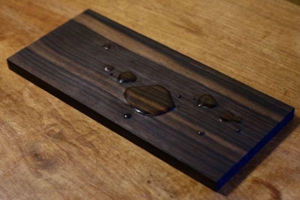 木の板に水滴がたれているようにしか見えない=福田亨さん提供