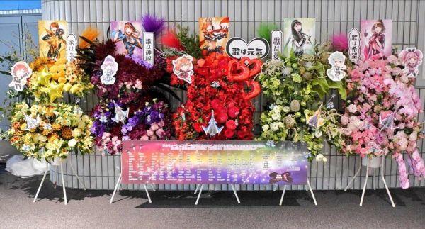 ハナノキが手掛けた「フラスタ」。アニメのキャラクターなどをあしらったパネルや、色とりどりのバルーンなどを、花と一緒に配置した造形物だ。サイズは様々で、人の背丈以上の高さを誇る作品もある。