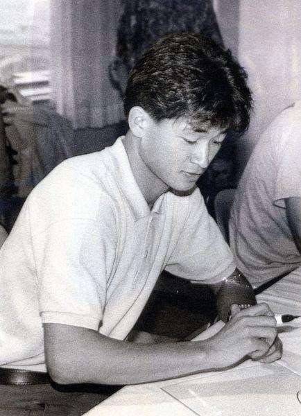 ブラジルの名門プロサッカーチームのサントスで活躍、静岡県内の実業団チームとの練習試合のため、久しぶりに帰郷し、地元静岡市でサイン会を開いた三浦知良選手=1990年6月