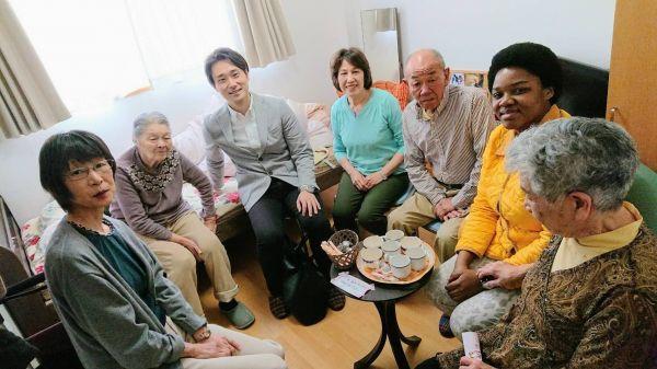 教会の友人たちと老人ホームを訪ねたマイさん=マイさんの友人提供