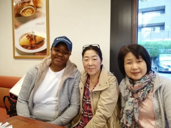 教会の友人たちと、ファミリーレストランで食事をするマイさん(左)=2019年4月26日、マイさんの友人提供