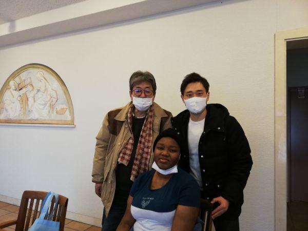聖ヨハネ会桜町病院に入院する当日、牧師の阿部頼義さん(右)らと写真にうつるマイさん(手前)=2020年12月9日、マイさんの友人提供