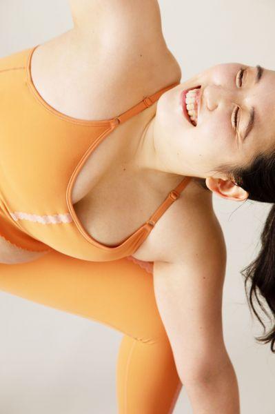 NIKEのヨガウェアの広告に抜擢されたプラスサイズモデルのマリアナさん。長時間ヨガポーズをとる撮影はハードだったといいます