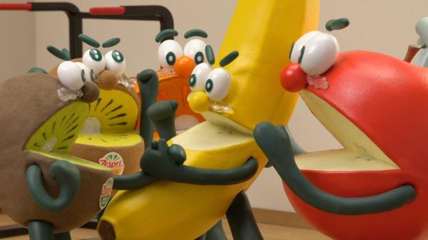 バナナ先輩を囲んで喜ぶフルーツたち
