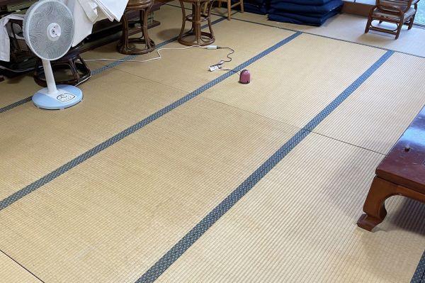 小島さんたちが1時間かけて足跡を拭き取った社務所の大広間(小島さん提供)