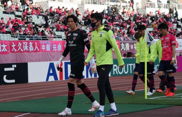 試合後、セレッソ大阪のGK金鎮鉉(手前左)とスタジアムを並んで歩くGK松井謙弥