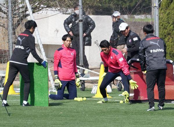 練習に励むセレッソ大阪のGK松井謙弥(左から3人目)