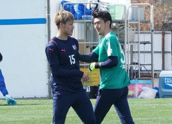 U24日本代表候補でチームメートのDF瀬古歩夢(左)に声をかけるセレッソ大阪のGK松井謙弥
