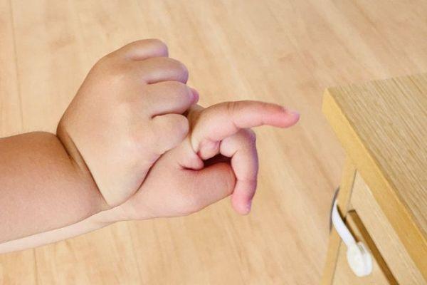 2歳児が両手で作った「カタツムリ」