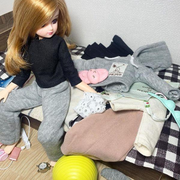 「どうしてもベッドの端に脱いだ洋服が溜まって行くリカちゃん」
