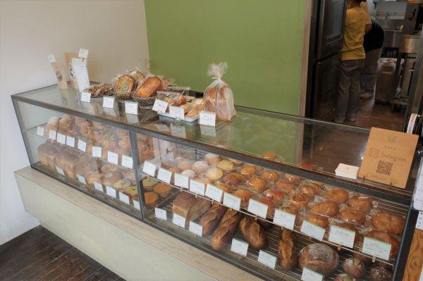 ショーケースいっぱいに並んだおいしそうなパンたち