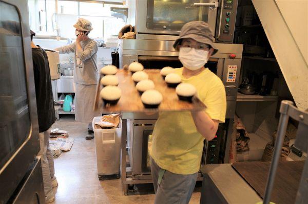 開店前、次々とパンを焼き上げる下山さん