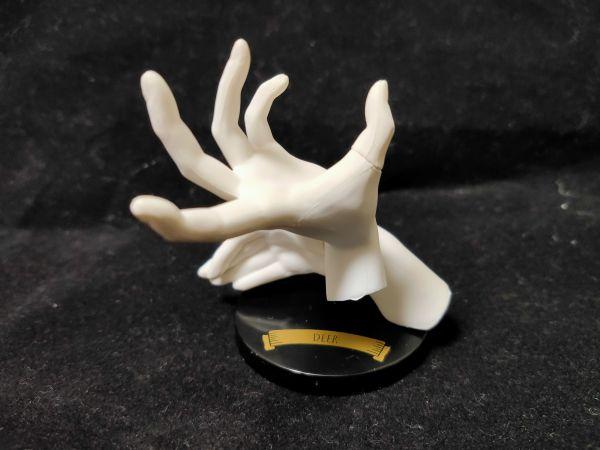 バンダイから発売されたガシャポン「影絵の手~動物~」。手のオブジェに光を当てると動物が映し出される。写真のオブジェは「DEER(しか)」