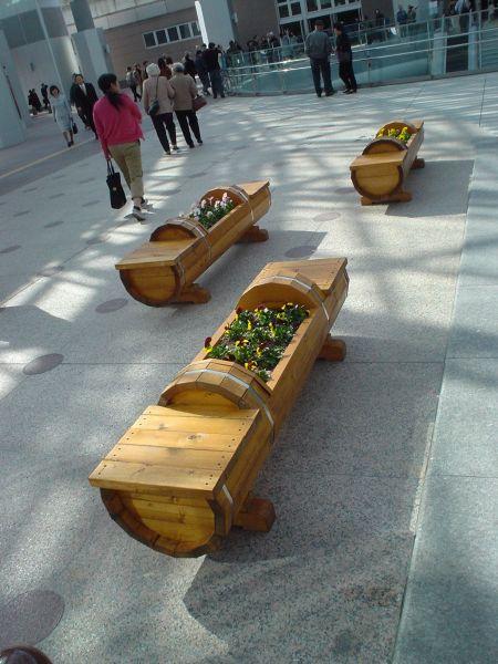 金沢駅前にあるベンチ。真ん中に花壇が埋め込まれている