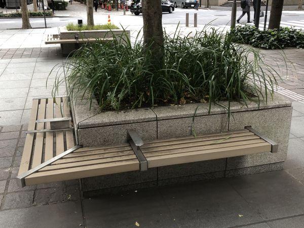 丸の内のビル街にある間仕切りつきのベンチ