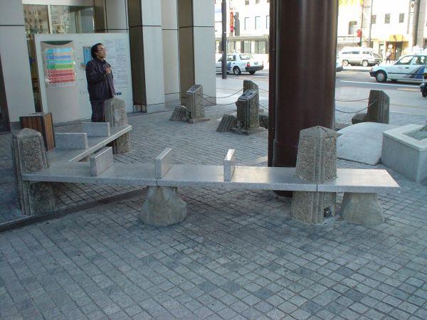 仙台にあるベンチ。石造りで間仕切りがある