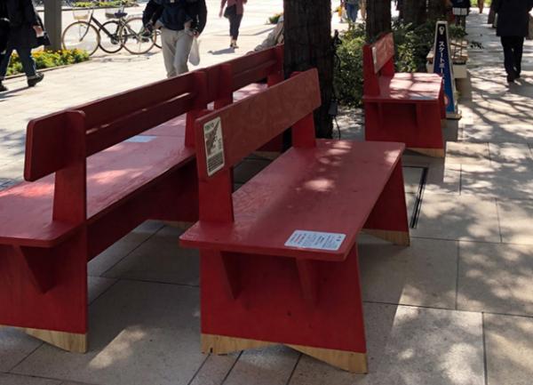 2019年、社会実験で置かれたフラットな木製ベンチ=株式会社グランドレベル提供