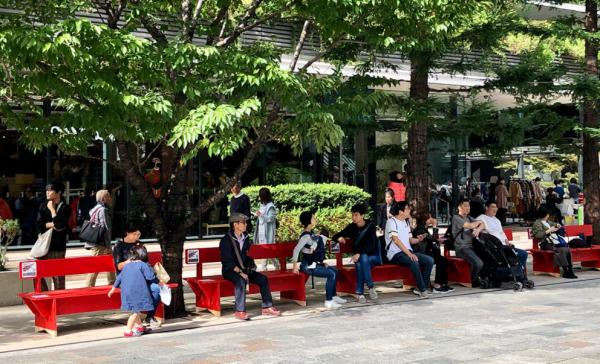 社会実験として、京橋に赤い木製ベンチを置いた=株式会社グランドレベル提供