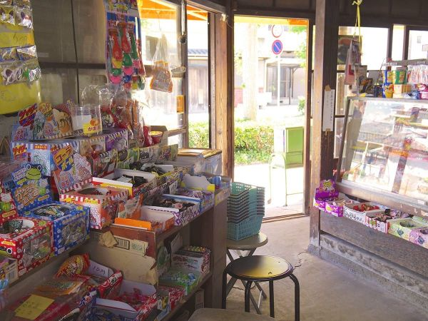 日本で育った人には「懐かしい」駄菓子屋の店内。「価値のないものなんかではない」(写真はイメージ=PIXTA)