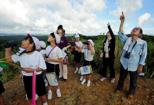 渡り鳥アカハラダカの観察会。常田守さんが毎年開いている=2018年9月19日、鹿児島県・奄美大島、外尾誠撮影