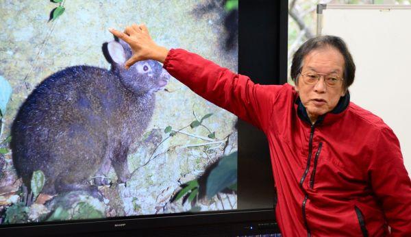 アマミノクロウサギの特徴を説明する常田守さん=2020年12月17日、鹿児島県奄美市の住用中学校、外尾誠撮影