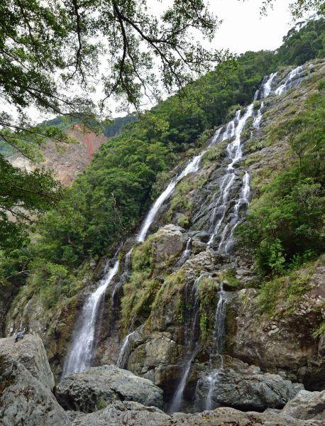落差100メートルとも言われるタンギョの滝=2017年8月13日、鹿児島県・奄美大島、常田守さん撮影