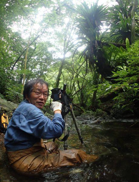 渓流で撮影する常田守さん=2016年5月29日、鹿児島県・奄美大島、外尾誠撮影