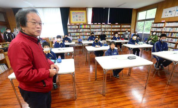 奄美大島の中学生たちに島の自然を紹介する常田守さん=2020年12月17日、鹿児島県奄美市の住用中学校、外尾誠撮影