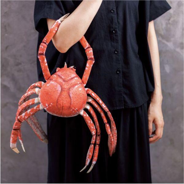 脱皮前のタカアシガニぬいぐるみは、脱皮後を収納するためのファスナーや爪部分にナスカンがついているため、ポーチとしても使用可能