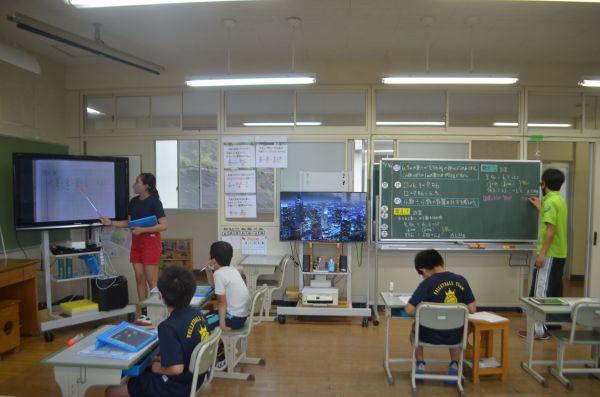 対馬市立南小学校の複式学級。右の学年が先生から授業を受ける一方、左の学年は児童がノートをモニターに映して、解いた課題を発表していた=いずれも佐藤雄二通信員撮影