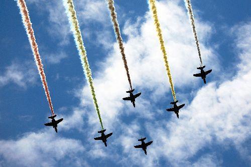 都内上空を飛行するブルーインパルス=2021年7月23日午後0時53分、東京都千代田区、長島一浩撮影