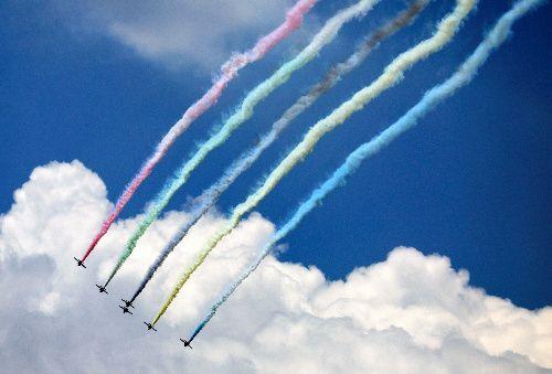 都内上空を飛行するブルーインパルス=2021年7月23日午後0時45分、東京都千代田区、長島一浩撮影