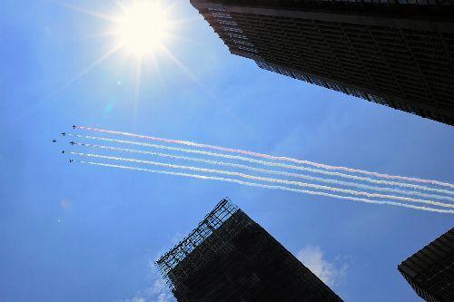 都内を飛行するブルーインパルス=2021年7月23日午後0時45分、東京都千代田区、長島一浩撮影