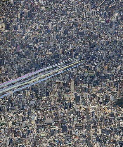 東京都内の上空を飛ぶブルーインパルス=2021年7月23日午後0時43分、朝日新聞社ヘリから、迫和義撮影
