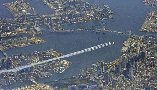 レインボーブリッジ周辺を飛ぶブルーインパルス=2021年7月23日午後0時54分、朝日新聞社ヘリから、迫和義撮影