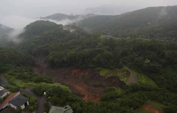土石流が発生した伊豆山地区の上流部の土砂崩れ現場。左上が海に続く下流側=2021年7月3日午後、静岡県熱海市、朝日新聞社ヘリから