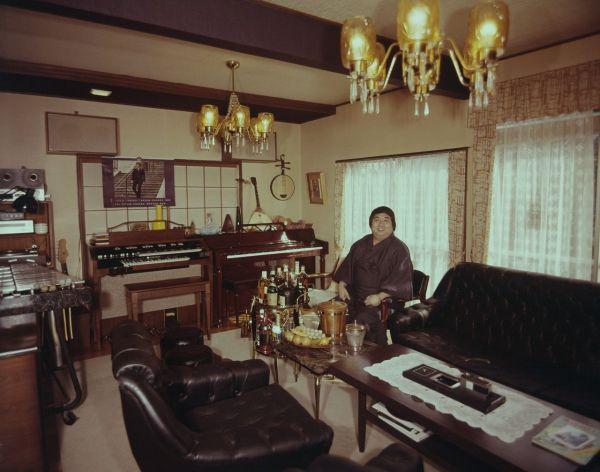 1973年の「わたしの城」企画に登場する小林亜星さん。<ここは音楽を楽しむ部屋。ピアノやハモンドオルガン、ビブラフォン、を演奏し、レコードを聞いている時間が最高だそうだ>と紹介された