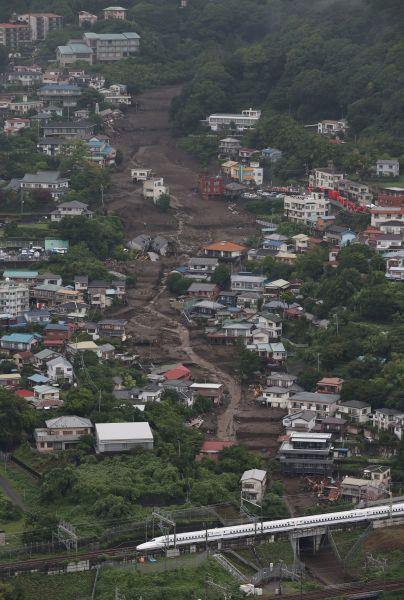 土石流が発生した伊豆山地区。下は東海道新幹線=2021年7月4日午前10時40分、静岡県熱海市、朝日新聞社ヘリから