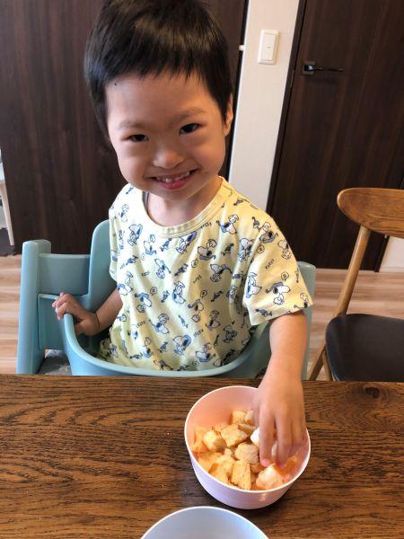 朝食を食べる阿部壮真君=2021年5月、東京都世田谷区