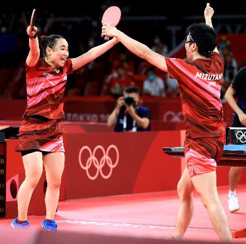 混合ダブルス決勝で、中国ペアを破った水谷隼、伊藤美誠(左)組=2021年7月26日、東京体育館、長島一浩撮影