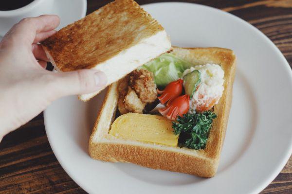 厚切りトーストをくりぬいて、その中にお弁当の具材を入れ込んだ「おべんトースト」