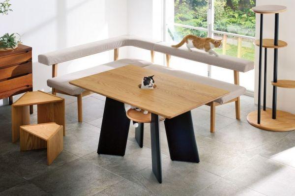 ディノスで取り扱っている「オーク天然木のネコとくつろぐダイニングテーブル」。天板の真ん中に穴があいています